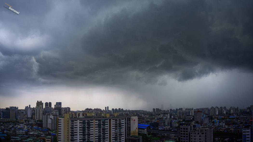 태풍이 온다는 장마철을 알리는 비구름의 서울..