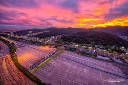 하늘의 붉은노을과 함깨한 서울 톨게이트의 저녁[서울톨게이트/일몰/야경/노을/전망좋은곳]