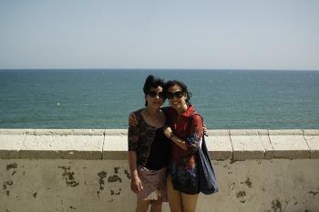엄마는 시체스 해변을 좋아해!