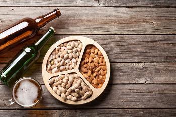 맥주 + 땅콩 = 독? 의외로 같이 먹으면 소화불량을 일으키는 음식궁합 7가지
