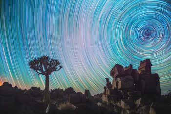 나미브 사막의 별의 일주를 촬영한 사진작가 Daniel Kordan