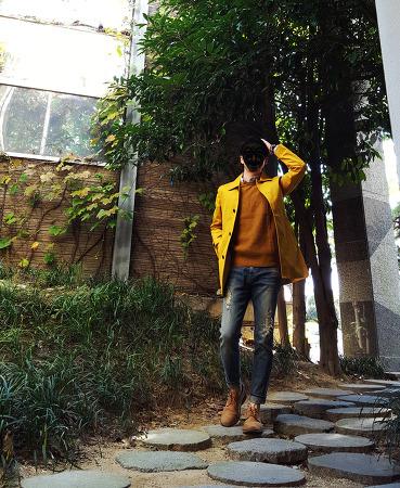 남자 트렌치코트 코디 [마인드브릿지] 맥코트 : 노란색 트렌치코트 with 남자 니트 베스트 코디