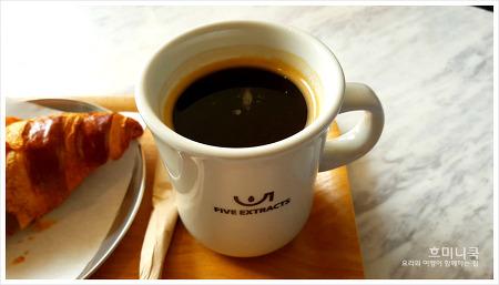 성북동 카페 '파이브익스트렉츠(5EXTRACTS)'에서 여유로운 아침