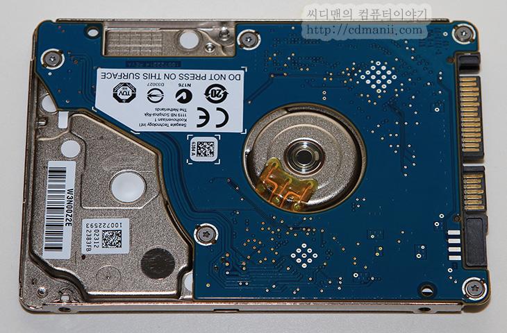씨게이트 랩탑 울트라씬 HDD, 씨게이트, Seagate, 7mm, 5mm, 두께, S-ATA, 씨게이트 5mm, 시게이트 5mm, 하드디스크, 소음, 벤치마크, 무게, 버니어캘리퍼스, IT, 리뷰, 후기, 사용기, 씨게이트 랩탑 울트라씬 HDD 5mm 사용을 해봤습니다. 이 하드디스크 경우 기존의 7mm 하드디스크의 벽을 깨고 5mm의 두께로 나온 초슬림 하드디스크 입니다. 그리고 기존에 나와있는 5mm 모델에 비해서 씨게이트 랩탑 울트라씬 HDD 5mm 사용시 장점으로는 S-ATA 인터페이스를 그대로 유지하고 있으므로 연결방법이 변경되지 않고 기존과 동일하게 사용할 수 있다는 점 입니다. 별도의 젠더등을 쓰지 않아도 된다는 점이죠. 씨게이트 랩탑 울트라씬 HDD 5mm 벤치마크를 통해서 소음부분과 무게, 두께 성능에 대해서 살펴보고자 합니다.  지금 노트북 하드디스크는 SSD라는 강력한 매체에 싸우고 있는중입니다. 작고 가볍고 속도도 빠른 SSD 그런데 유일한 약점이었던 용량부분도 최근에는 고용량으로 가고 있는 추세죠. 노트북 하드디스크도 여기에 가만 있지 않고 고용량에 초슬림 하드디스크, 또는 하이브리드 하드디스크 등으로 응수하고 있습니다. 하드디스크도 헤더와 기록타입의 변경으로 몇년후에는 엄청난 용량을 기존 하드디스크에 기록할 수 있게 됩니다. 물론 그때쯤이면 더 빠르고 가볍고 용량이 엄청난 제품이 나오겟지만 용량면에서 쓰기 수명에서는 아직은 하드디스크가 장점을 가지고 있죠. 그럼 기존 인터페이스를 그대로 유지하면서 얇은 하드디스크 사렾보도록 하죠.