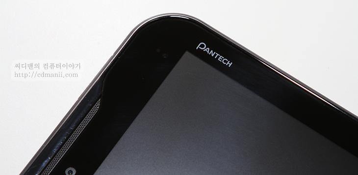 팬텍 엘리먼트, 팬택 Element, 방수 태블릿, 사용기, 후기, 리뷰, IT, 제품, 태블릿, 안드로이드, 허니콤, 허니컴, 해외향, 해외판, AT&T, pantech, 방수, 물, 물속, 동영상, 사진, 팬택 엘리먼트 방수 태블릿을 물에 실제로 넣어 봤습니다. 물속에서도 동작을 하더군요. 물론 터치는 편하게 되지 않습니다. 물이 터치면에 닿으면 사람의 손가락으로 터치를 원활하게 할 수 없기 때문인데요. 대신 방수 태블릿이라는 팬택 엘리먼트는 몇가지 장점이 있습니다. 비가 오는 날 꺼내서 편하게 사용할 수 있습니다. 그리고 샤워를 하면서 동영상을 감상할 수 도 있겠죠. 수영장에 가져가서 편하게 꺼내놓을 수 도 있습니다. 완전 물에 잠긴 상태로 30분간 사용이 가능할 정도로 방수 능력을 가지고 있죠. 좀 특이했던점은 스피커 부분도 물에 들어가도 괜찮도록 되어 있더군요. 물속에서도 동영상 소리가 나왔으며 물에서 꺼낸 상태에서도 바로 스피커가 정상적으로 작동 하는 모습을 볼 수 있었습니다.  그럼 지금부터 팬택 Element의 외형과 실제로 물에서 사용하는 모습을 살펴보도록 하겠습니다.