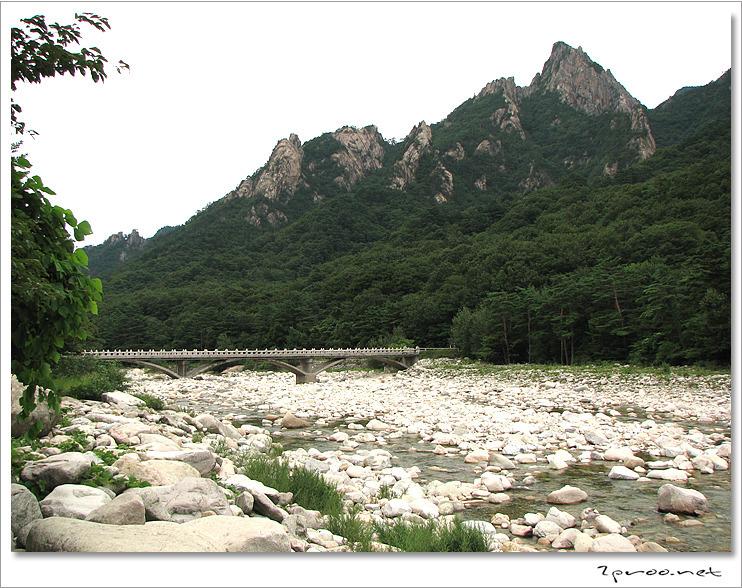 설악산에 흐르는 하천 사진