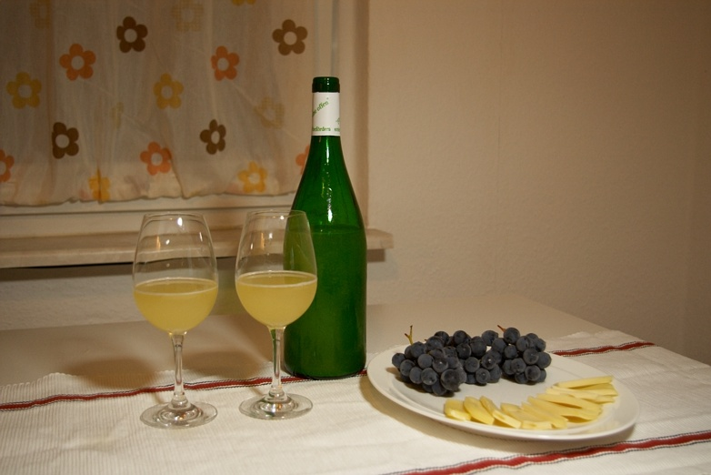 Federweisser mit Trauben, Kaese und Neue Weinglaeser