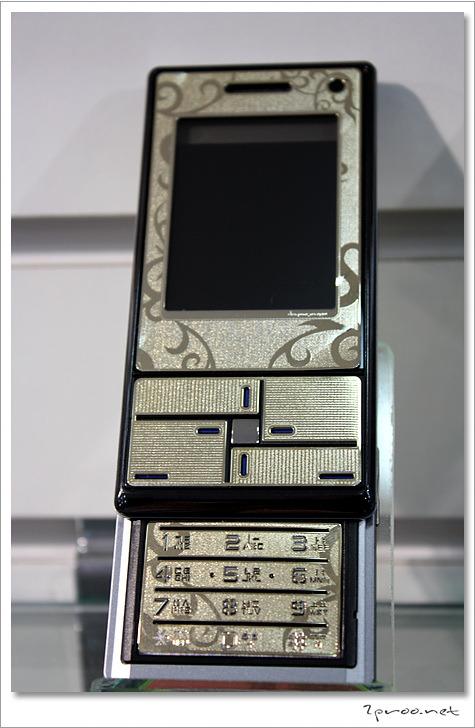 금색 보호필름 부착된 핸드폰