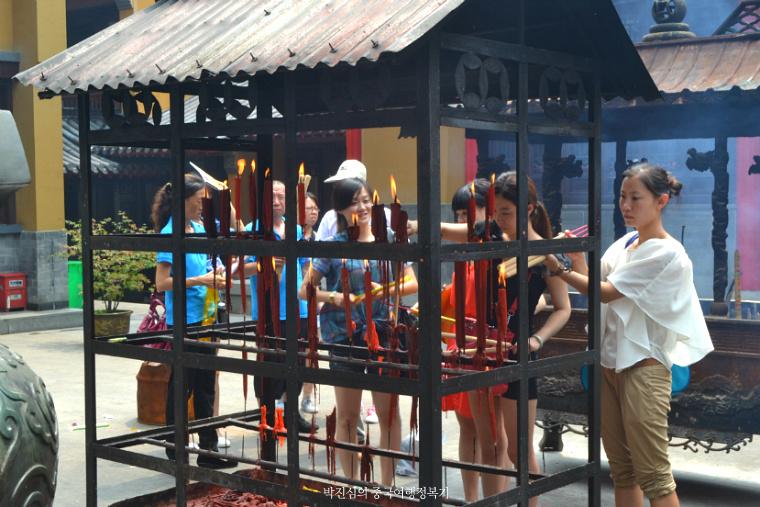 ▲ 영곡사(灵谷寺)에서 진지하게 향을 피우며 소원을 비는 중국인들의 모습.