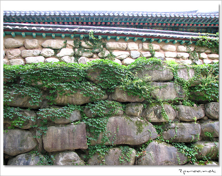설악산 신흥사 벽돌담