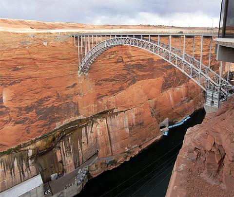 (그림 1. 협곡 사이에 놓인 다리 Glen Canyon Dam Bridge)