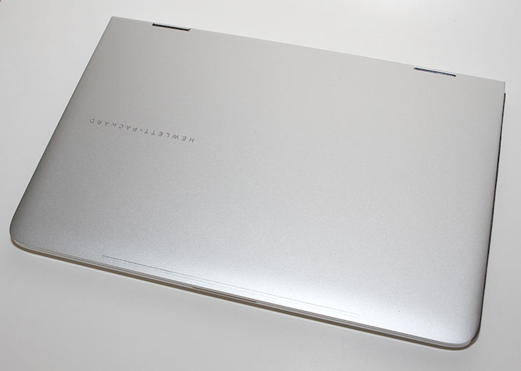 HP노트북 스펙터 x360 사양, 태블릿PC , 노트북,HP노트북,스펙터 X360,HP 스펙터 X360,IT,IT 제품리뷰,후기,사용기,개봉기,HP 노트북 개봉기,HP노트북,태블릿PC,X360,HP노트북 스펙터 x360 사양과 디자인에 대해서 간단히 알아보려고 합니다. 태블릿PC 같은 노트북 인데요. 화면을 뒤로 접어서 태블릿처럼 쓸 수 있는 형태로 되어있습니다. 물론 이런 형태가 처음은 아니지만 HP에서 나온 노트북에서는 드물긴 합니다. HP노트북 스펙터 x360 사양을 살펴보니 i5-5200U 브로드웰CPU를 사용했습니다. 램은 8GB를 사용해서 사양적으로는 상당히 넉넉합니다. 태블릿PC처럼 쓸 수 있도록 터치가 가능한 화면을 가지고 있습니다. 본체부분과 모니터의 상판 부분 모두 알미늄을 사용해서 상당히 고급스러운 외형을 가지고 있습니다. HP노트북 스펙터 x360 사양적인 부분도 우수하지만 외형도 꽤 신경을 쓴 모습을 보여줍니다. 그런데 노트북이 아주 얇은 형태는 아닙니다. 재질때문에 무게도 약간 나가는 편이죠. 그렇지만 다른 노트북에서도 상위 모델에만 들어가는 키보드 백라이트나 고급스런 표면을 가진 터치패드의 사용등 괜찮은 점이 있는 노트북입니다.