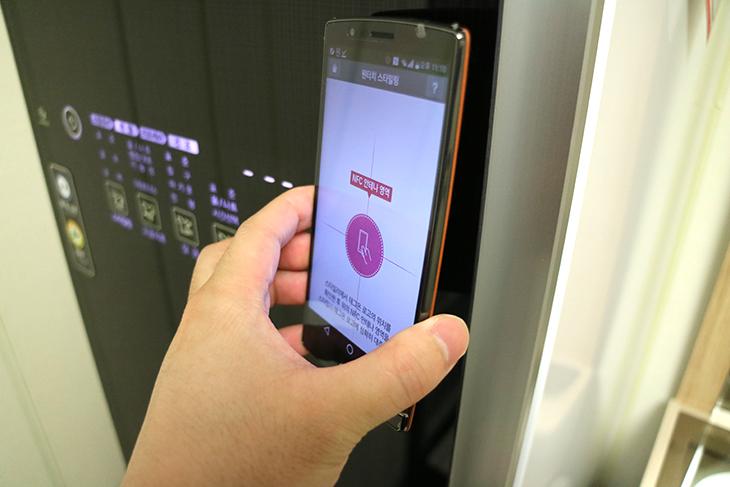 엘지 트롬 스타일러, NFC ,기능, 쉽고, 간단하게, 사용하기,인테리어,옷 스타일링,스타일러,트롬,엘지,LG,엘지 트롬 스타일러 NFC 기능으로 쉽고 간단하게 사용을 해 볼 것인데요. 옷감은 빨거나 젖게 하면 상한다고 그러죠. 그래서 가능하면 빨지 않고 해결하는게 좋은데 그러고보니 제가 자취할 때가 생각나네요. 일주일에 무조건 옷을 세탁기 넣고 돌렸더니 옷이 누더기가 됬죠. 엘지 트롬 스타일러는 옷을 스팀과 건조 털어내는 기능, 향기을 입히는 기능을 이용해서 옷감을 세척하고 말리자 않더라도 비슷한 교과를 내어주는 제품 입니다. 요즘 처럼 미세먼지가 많을 때 옷은 입었는데 내일 입어야해서 빨기는 그렇고 그냥 두자니 좀 그럴 때 엘지 트롬 스타일러를 이용할 수 있습니다. 그런데 기능들이 꽤 많습니다. 뭐를 선택해야할지 고민될때가 있는데요. 이럴때 NFC기능을 이용하면 엘지트롬스타일러 앱을 설치할 수 있는데 이 앱에서 필요한 기능을 선택하면 쉽고 간단하게 태그를 하는것 만으로 바로 동작시킬 수 있습니다.