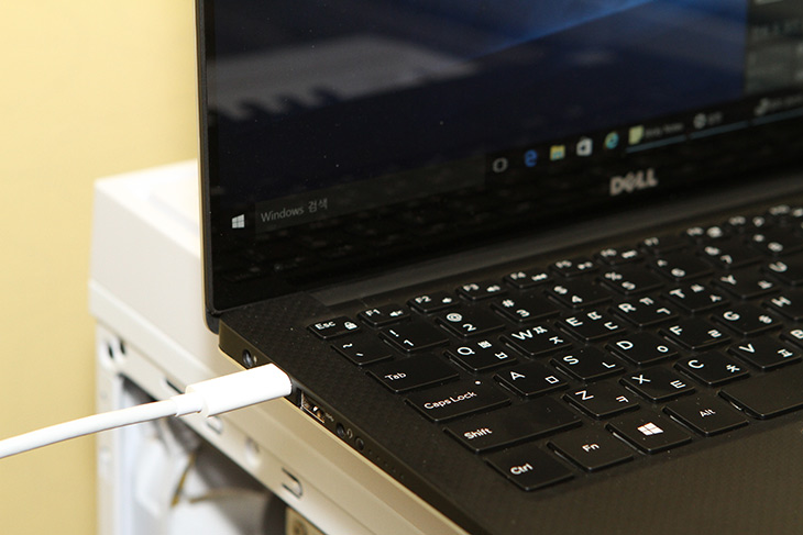 노트북, 썬더볼트3 충전, USB-C 케이블, 기가바이트 메인보드,IT,IT 제품리뷰,최신 노트북에는 이 단자가 있습니다. 이것으로 충전도 가능한데요. 노트북 썬더볼트3 충전 USB-C 케이블로 기가바이트 메인보드에서 사용을 해 봤습니다. USB C 타입이 USB 3.1 규격이 되면서 썬더볼트3 와 호환이 되게 되었는데요. 차세대 인터페이스이죠. 노트북 썬더볼트3 충전은 이 케이블 하나로 데이터 전송은 물론 전원공급까지 모두 다 한방에 해결 할 수 있음을 뜻합니다. 실제로 썬더볼트3는 위력이 대단합니다.