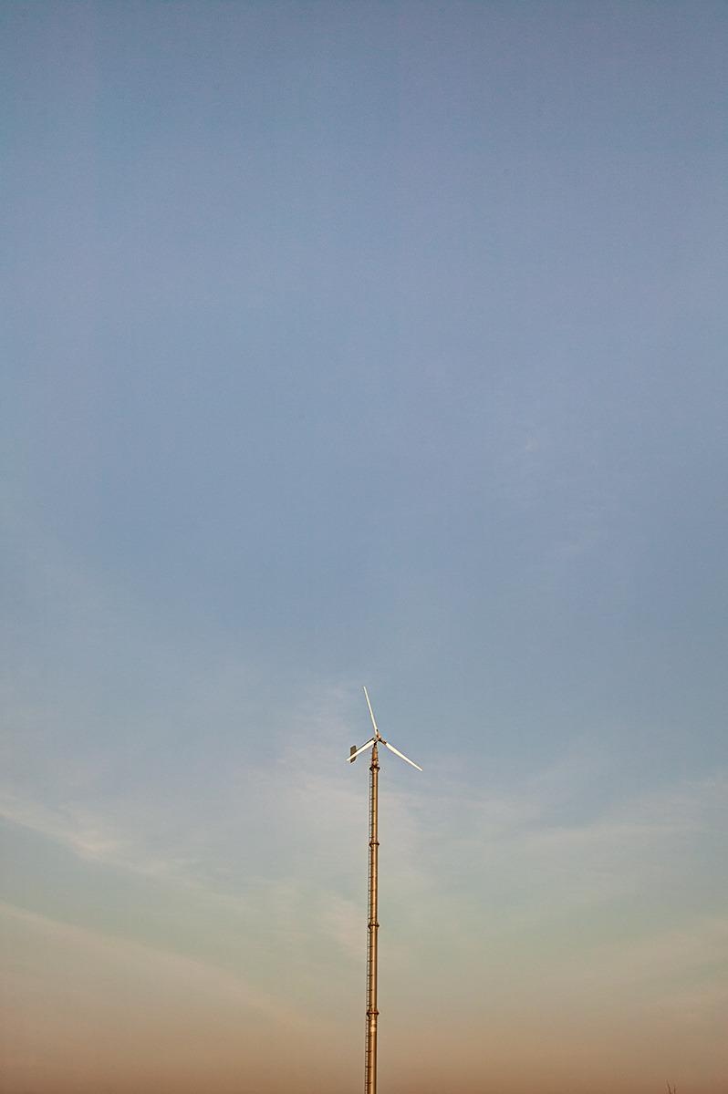 하늘공원에 노을지는 모습과 바람없는 날 한가로이 멈춰있는 풍력발전기 모습.