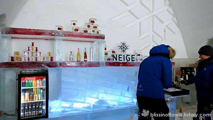 얼음으로 만든 바(bar) 입니다