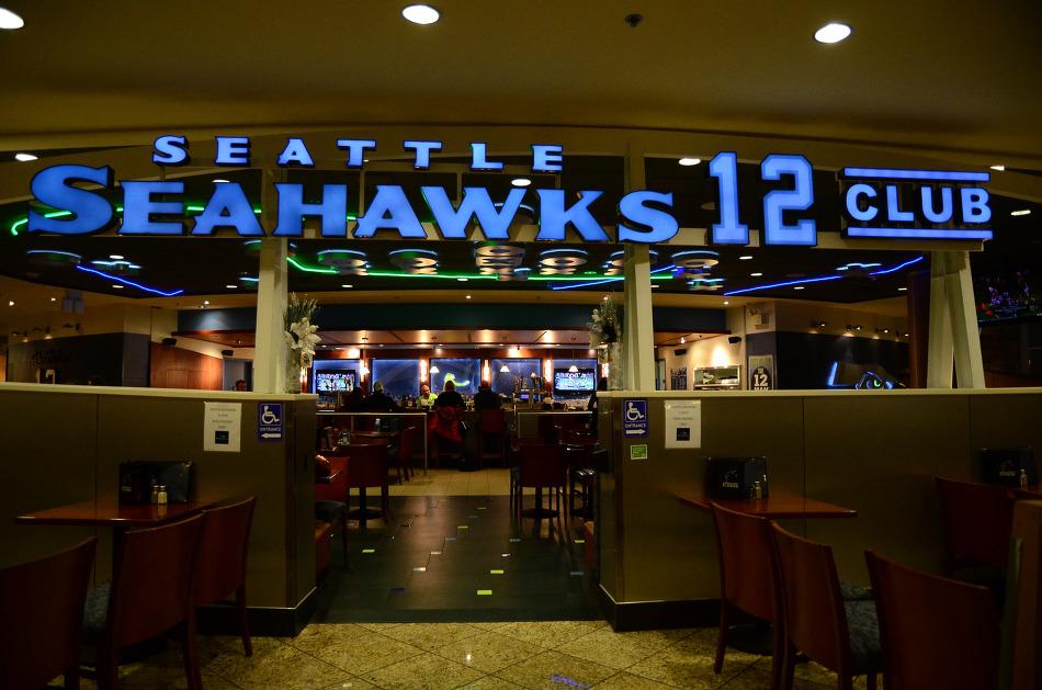 슈퍼볼에 진출한 시애틀 씨호크(Seattle Seahawks)를 응원하기 위해, 지도 위에 12를 그린 보잉(Boeing) 747 비행기의 비행.