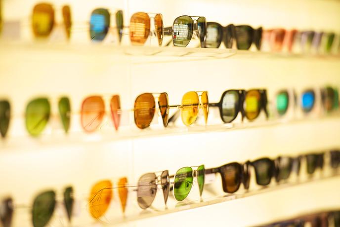 전시된 다양한 선글라스