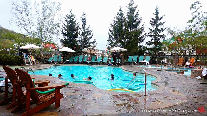 호텔 야외 수영장입니다