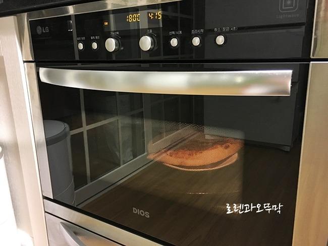 오븐에 재가열중인 코스트코 피자
