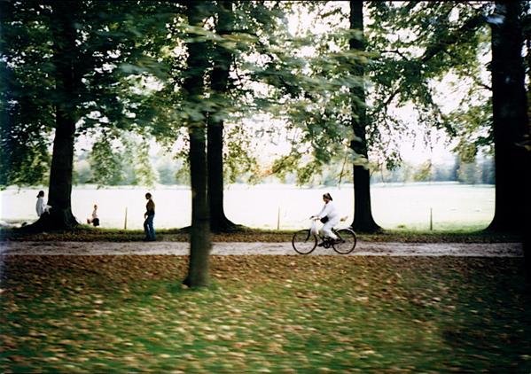 베르사이유 궁전에서 자전거 타는 모습