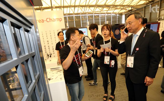 2015 상하이 MWC에 참여한 국내 스타트업으로 부터 설명을 듣고 있는 황창규 회장