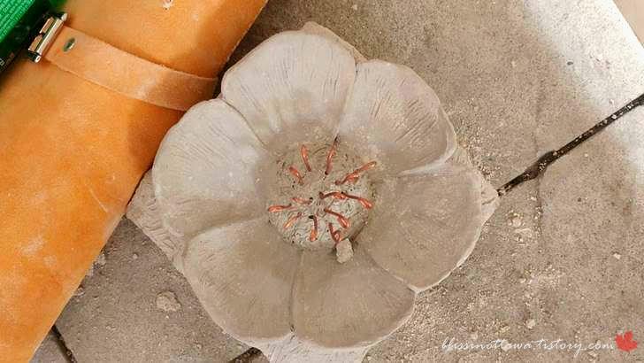 돌로 만든 꽃입니다