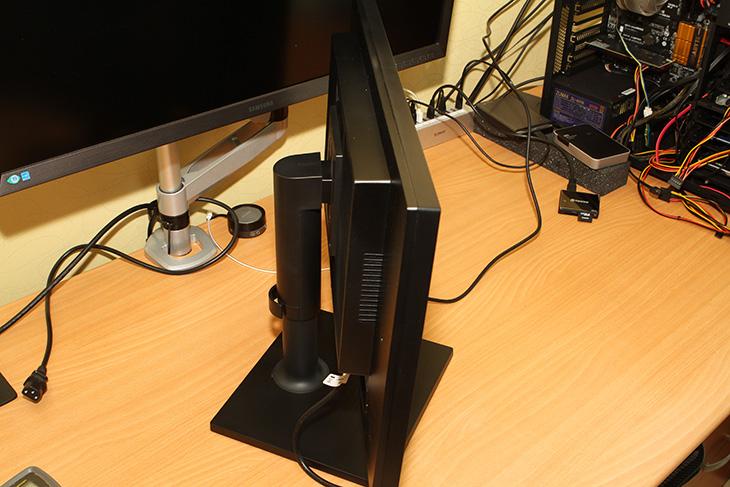 삼성 모니터, S23C45K 후기, 시야각, 전력소모량, 테스트,S23C45K,IT,IT 제품리뷰,후기,사용기,삼성 모니터 S23C45K 후기를 통해서 시야각 전력소모량 테스트를 보여드리도록 하겠습니다. 23인치의 화면에 TN패널의 제품이지만 기본 받침대를 통해서 틸트 피벗 스위블 엘리베이션이 모두 되는 제품으로 특이한 장점이 있는 모니터 였습니다. 조금 급하게 삼성 모니터 S23C45K 후기를 준비했지만 시야각 테스트나 전력소모량 등 중요한 부분은 테스트를 했습니다. 좀 작은 화면을 가지면서도 사무용으로 사용하기 적당한 모니터로 괜찮지 않은가 라고 생각을 해봤습니다. 아직까지는 사무용 모니터로는 24인치대도 많이 사용을 하니까요. 시야각은 사무용으로 쓰기에는 괜찮은 정도 였습니다. 다만 아래에서 위로 보는 시야각은 좋지는 않아서 매직앵글 설정을 해줘야만 했습니다. 그런데 그렇게 설정해도 시야각이 우수하다고는 말하긴 좀 애매하긴 하네요. 근데 모니터를 너무 측면에서 보고 있고 할 이유는 없으므로 보통 사용하는 환경에서는 문제는 없었습니다. 대신 기본 모니터 받침의 쓰임세는 상당히 괜찮았습니다.