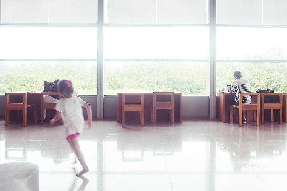 엎어져있는 여자와 공부하는 남자를 촬영하는 도중에 뛰어든 아이를 찰칵~^^