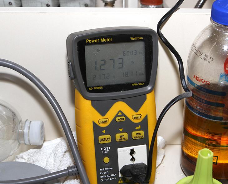 절수 페달 전기요금, 절수 페달 전력소모량, 수도요금 아끼는 방법,IT, 수도요금,전기요금,물 아끼기,절수 페달 전기요금이 궁금했습니다. 전력소모량 측정을 통해서 이것을 알아볼 것입니다. 그리고 수도요금 아끼는 방법도 소개해보도록 하죠. 래미안 하이어스에 살고 있는데요. 대부분 그렇겠지만 여기에도 물을 아낄 수 있는 시스템들이 있습니다. 그런데 저는 절수 페달 전기요금이 궁금해졌습니다. HPM-100A 전력측정기로 전력소모량을 측정해서 전기요금이 대략 얼마가 나올지 물은 얼마나 아낄 수 있는지 알려드릴까 합니다. 절수 페달은 페달을 밟으면 물이 나오고 다시 밟으면 물이 나오지 않도록 해서 물 사용량을 제한하는 것 입니다. 손으로 손잡이를 움직여서 물을 끄면 동선이 길어지므로 그만큼 물을 좀 더 사용할 수 있는데요. 또는 손잡이에 뭔가 뭍어서 그것을 닦는다고 다시 물을 쓸 확률도 높구요.  절수 페달을 쓰면 확실히 물 사용량은 좀 더 줄어듭니다. 물을 딱 필요한 만큼만 쓸 수 있기 때문이죠. 하지만 물을 정말 더 아끼려면 몇가지 더 해볼 수 있는 방법들이 있습니다. 그것은 최신형 식기세척기를 쓰는 방법 물을 약하게 틀어놓는 방법이 있습니다. 물을 약하게 틀어놓는 방법은 절수 페달 사용과 함께 사용하면 정말 물을 많이 아낄 수 있습니다. 물을 약하게 틀면 수압이 약해지니 당연 물 사용량이 줄죠. 근데 한가지 단점이 있습니다. 설겆이 할 때에는 물이 약하면 반대로 좀 불편합니다.  그런데 최신식 식기세척기를 쓰면 물사용량을 더 아낄 수 있습니다. 식기세척기를 처음 구매할 때 사용자들이 가장 걱정하는것은 물을 많이 쓰지 않을까? 라는 고민과 전기요금은 어떻게 되는지 그것을 궁금해 합니다. 그런데 통계에 의하면 손으로 설겆이 시에는 100L 또는 그이상의 물을 사용합니다. 그런데 같은 그릇양을 식기세척기로 사용하면 많으면 20L 적게는 10L의 물만 사용해서 설겆이가 가능합니다. 실제로 설겆이 할때를 떠올려보면 그릇에 세제를 뭍힌 뒤 닦고, 다시 물을 틀면서 헹궈낼겁니다. 그때 계속 물이 흐릅니다. 1.5L 병을 놓고 물을 채워보세요. 생각보다 빠른 시간에 물이 다 채워지는것을 확인할겁니다. 그렇게 계속 켜두면 정말 100L의 물은 생각보다 금방 쓰게 됩니다. 그런데 식기세척기는 신형일 수 록 물 사용량이 더 적습니다. 물은 오히려 식기세척기를 쓰면 더 아낄 수 있습니다. 그런데 전기요금은 조금 더 나갈 수 는 있는데요. 이것도 최신식 식기세척기는 좀 더 적은 전기요금으로 세척이 가능합니다. 그 남는 시간에 다른 일을 할 수 도 있구요.
