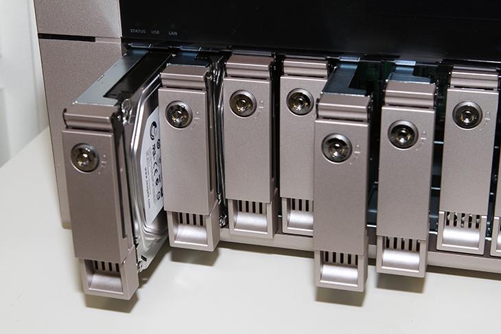 큐냅 TVS-863+, HybridDesk Station ,Virtualization Station,HD Station,HD 스테이션,가상화,NAS 운영체제,NAS,큐냅,IT ,IT 제품리뷰,큐냅 TVS-863+ HybridDesk Station Virtualization Station에 대해서 알아보려고 합니다. HD Station 은 큐냅 NAS를 이용해서 간단한 데스크 환경을 바로 만들어서 사용하는 것인데요. 후면에 HDMI 단자가 있기 때문에 이것을 이용할 수 있습니다. 굳이 컴퓨터를 켜서 큐냅 TVS-863+를 확인하거나 할 필요가 없다는 것이죠. 이 제품은 HD 비디오 편집 및 공유를 위한 10GbE 를 지원합니다. 8베이의 대용량 스토리지를 장착할 수 있으며 4K 디스플레이를 지원하는 HDMI를 사용하였으며 서버가상화를 지원합니다. 큐냅 TVS-863+ 는 사양도 무척 좋습니다. 2.4GHz의 AMD SoC 타입의 프로세서를 올렸고 램은 최대 16GB까지 모델까지 나와있습니다. 저는 HD Station 과 가상 Virtualization 스테이션을 써보았는데요. 가상화는 NAS 하나로 서버도 만들고 데이터 저장공간도 활용하고 할 수 있어서 활용도가 높습니다. VM을 이용해서 윈도우 운영체제나 리눅스운영체제 등을 설치가 가능 합니다. HD 스테이션은 키보드와 마우스 모니터를 직접 연결해서 별도로 컴퓨터에서 연결할 필요없이 NAS관리를 직접 할 수 있고 브라우저나 유튜브 등을 앱처럼 간편하게 사용할 수 있습니다.