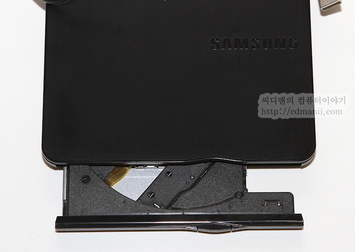 삼성 외장 ODD SE-218CB, SE-218CB, 사용기, 후기, 사용후기, IT, USB 2.0, USB 3.0, ODD, 주변기기, 외장 씨디롬,삼성 외장 ODD SE-218CB 사용 후기를 적을 기회가 생겼습니다. 그전에는 S-ATA 타입의 일반 ODD를 USB 형태로 바꿔주는 젠데에 연결해서 사용했었습니다. S-ATA to USB 젠더를 이용하면 전원도 연결해야하고 좀 번거롭죠. 이럴 때 삼성 외장 ODD SE-218을 사용하면 좀 더 편하게 연결하고 레코딩을 할 수 있습니다. 최근에는 얇은 노트북의 선호로 ODD가 없는 형태를 사용하다보니 반대로 외장 ODD를 찾는 경우도 많습니다. 물론 처음 컴퓨터에 운영체제 설치 후 드라이버 설치를 위해서도 필요하구요.  삼성 외장 ODD SE-218CB 모양은 겉 표면이 무광처리에 가볍고 군더더기 없는 버튼과 인터페이스 깔끔한 모양을 하고 있습니다. 딱 한가지 아쉬운점은 USB 3.0이 아닌 USB 2.0 인터페이스를 이용하고 있다는 점 이네요. 레코딩을 하는데 있어서는 문제는 없었습니다. DVD 8X 미디어를 넣고도 잘 인코딩이 되었으니까요. 다만 동영상 재생에서 비트레이트가 아주 높은 것을 재생하면 일부 조금 딜레이가 생기는 점은 있었습니다. 물론 아주 특이한 경우입니다. 보통의 경우에는 최근 1.4GB의 고화질 영상 동영상도 모두 잘 재생이 되었습니다.