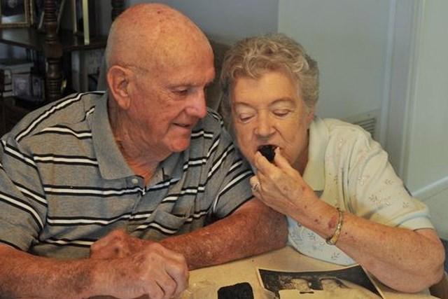 61년 된 웨딩케이크 결혼기념일마다 먹는 노부부