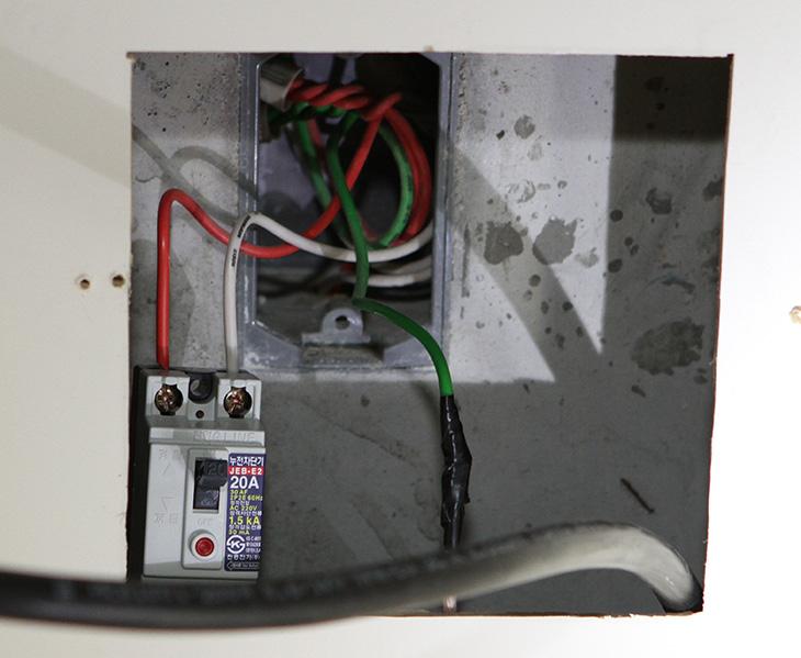 지멘스 전기렌지 설치, 지멘스 전기렌지 직접 설치하기,지멘스 전기렌지 직구,지멘스,siemens,전기렌지,IT,sq,스퀘어,6sq,4sq,2.5sq,케이블,전기렌지 설치,16A,접지플러스,diy,지멘스 diy,지멘스 전기렌지 설치를 직접 설치하기 해보기로 합니다. 최근에 이사를 왔었는데요. 그전에 와이프가 정말 애지중지 아끼던 siemens 제품인데요. 잘 챙겨서 이사를 오니 가스 쿡탑이 설치가 되어있더군요. 참고로 쿡탑 크기가 보통 더 작으므로 지멘스 전기렌지 설치를 하려면 인조대리석을 좀 깍아내야 합니다. 이건 인테리어 하는 분들에게 부탁하면 할 수 있구요. 물론 그렇게 작업해주시는 분들 중에는 지멘스 전기렌지 설치도 가라로 해주시는 분들이 있긴 합니다. 근데 안해주는 분들도 있을테구요. 근데 걱정은 마세요. 직접 설치도 가능하니까요.  단 몇가지 조건이 붙습니다. 약간의 전기적인 지식이 필요하며, 인조대리석의 구멍을 좀 더 뚫어서 전기렌지가 올라갈 수 있는 형태로 되어있어야 합니다. 처음 설치하는것이라면 대부분은 좀 더 잘라서 구멍을 넓혀야합니다. 지멘서 전기렌지의 아래 부분은 둥글지 않고 약간 사각형의 모양을 하고 있는데요. 그런 이유때문에 가장자리를 구멍을 좀 더 넓혀야합니다. 이렇게 하면 쿡탑도 전기렌지도 둘다 잘 맞습니다. 애초에 이렇게 다 시공되어있으면 좋겠지만 그렇게 하진 않는다는군요.  저는 선반을 빼는 작업과 인조대리석을 잘라서 구멍을 넓히는 작업을 하면서 전기렌지 설치도 해주셨는데요. 다만 케이블이 너무 짧아서 결국 자작으로 전기렌지를 설치를 마무리 했습니다. 제가 설치를 해보면서 알게 된 정보들을 적어보려고 합니다. 인터넷에 좀 잘못된 정보들도 많다는것을 알게 되었으니까요. 그리고 제가 적은 내용도 완벽한 방법이 아닐 수 는 있습니다. 그 부분에 대해서 쉽게 풀어서 적어보도록 하겠습니다.