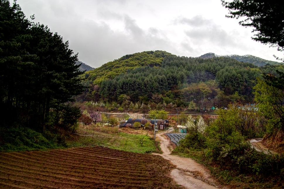 강촌에있는 구곡폭포에서 산길을 30여분 더 걸으면 문배마을이 나온다.
