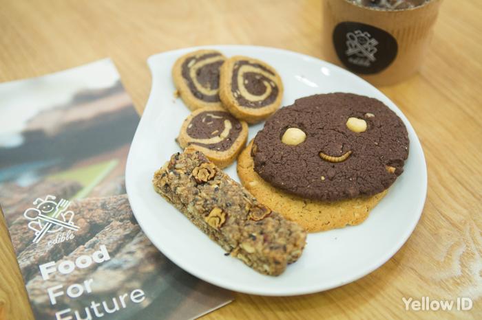 이더블버그 대표 제품. 식용곤충, 견과류 등으로 만든 쿠키와 에너지바