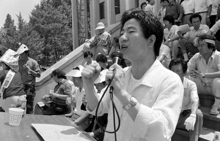 사진: 인권변호사이며 노동운동가가 된 노무현. 박정희에 이은 전두환, 노무현독재정권에 맞서기 위한 재야인사로 발탁되게 되었다. [정치인 노무현입니다]