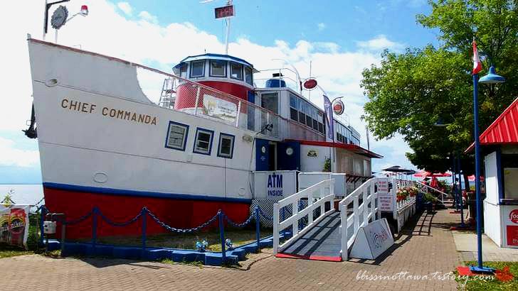 여객선을 개조한 레스토랑입니다