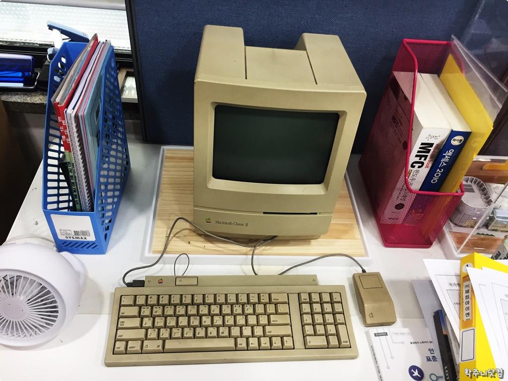[추억팔이] 정말 옛날 컴퓨터 잡지에서나 봤던 오리지날 매킨토시 디자인의 마지막 모델인 매킨토시 클래식 2를 만나보다