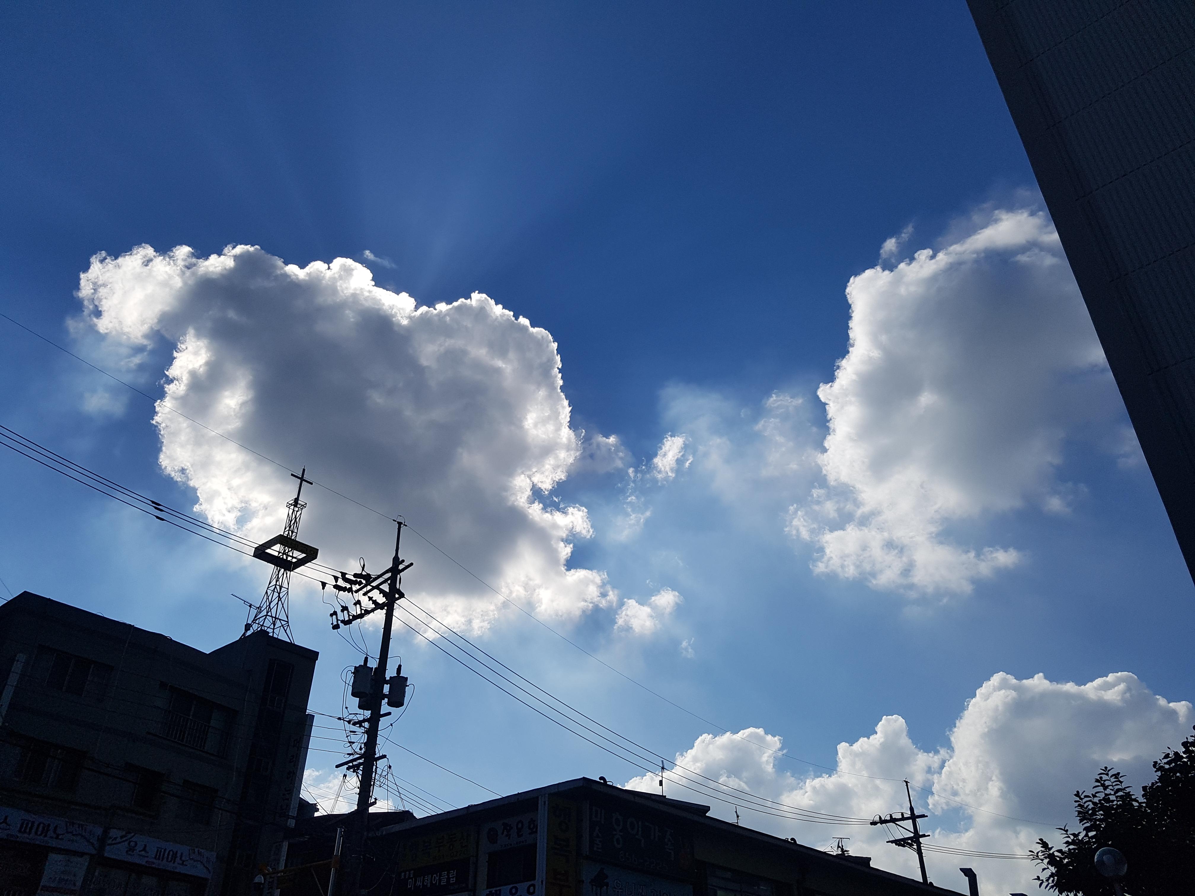 회색 구름과 짙푸른 하늘이 절묘하게 어루러졌던 순간