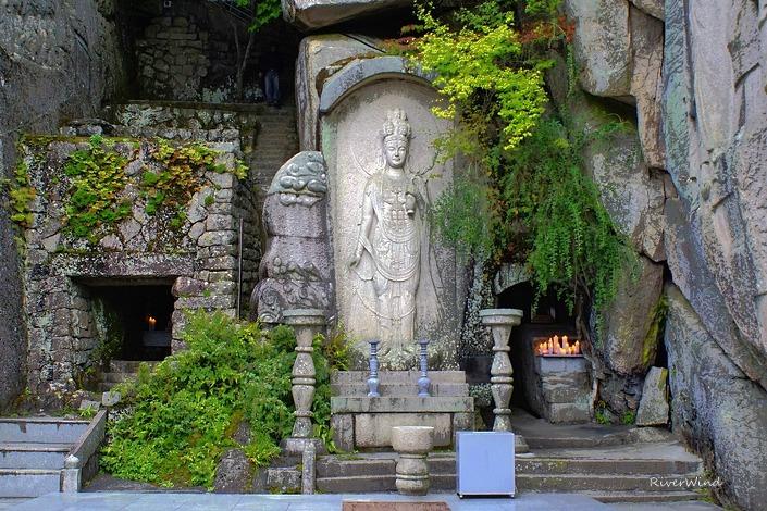 석불사의 아름다운 마애석불(磨崖石佛).::OmnisLog