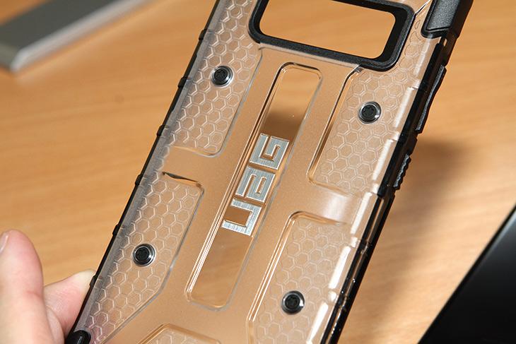 갤럭시노트8 케이스, UAG 러기드케이스, 튼튼한 ,갑옷케이스,IT,IT 제품리뷰,엄청 튼튼해 보이는 제품을 소개 합니다. 실제로도 튼튼하긴 합니다. 갤럭시노트8 케이스 UAG 러기드케이스 튼튼한 갑옷케이스를 소개 할텐데요. 갑옷처럼 뒤에 비늘무늬가 있습니다. 갤럭시노트8 케이스 UAG 러기드케이스는 좀 남성스러운 디자인으로 되어있는데요. 튼튼하면서도 특이하고 세련된 디자인을 하고 있습니다. 디자인만 특이한게 아니라 이름값을 하는 터라 높은곳에서 던져도 스마트폰을 깨뜨리지 않고 잘 지켜줍니다. 실제로 영상 찾아보면 높은곳에서 떨어뜨리는 영상이 많죠. 물론 그렇게 떨어뜨리라는건 아닙니다.