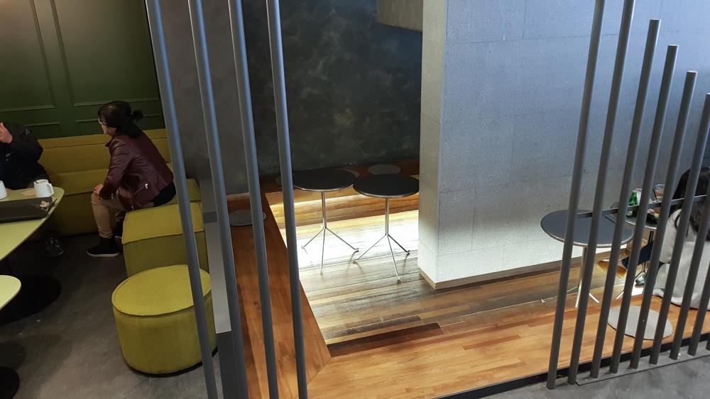 카페 아양 2층 구석